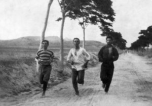 سه مرد در حال دویدن در دوی ماراتون اولین دوره بازیهای المپیک مدرن، ۱۸۹۶
