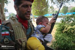 عکس/ برای این کودک و سرباز شما تیتر بزنید