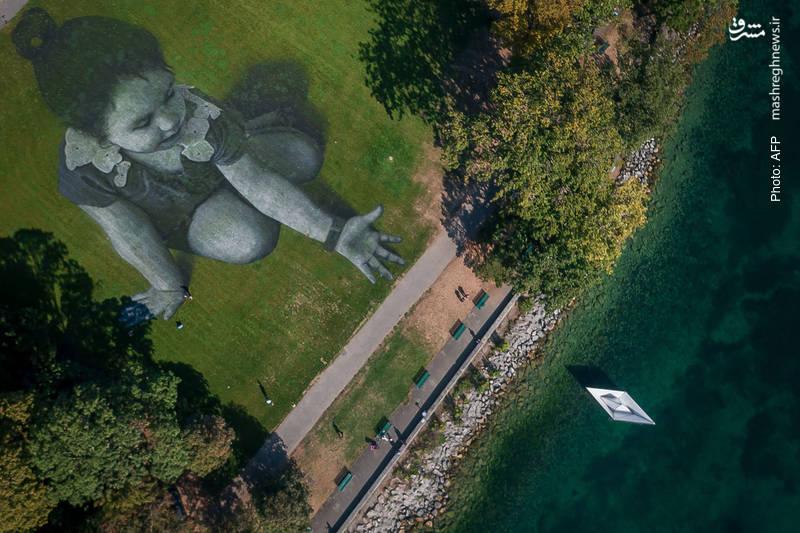 اثر تجسمی هنرمند فرانسوی در دریاچه ژنو با هدف حمایت از نجات مهاجران در دریای مدیترانه