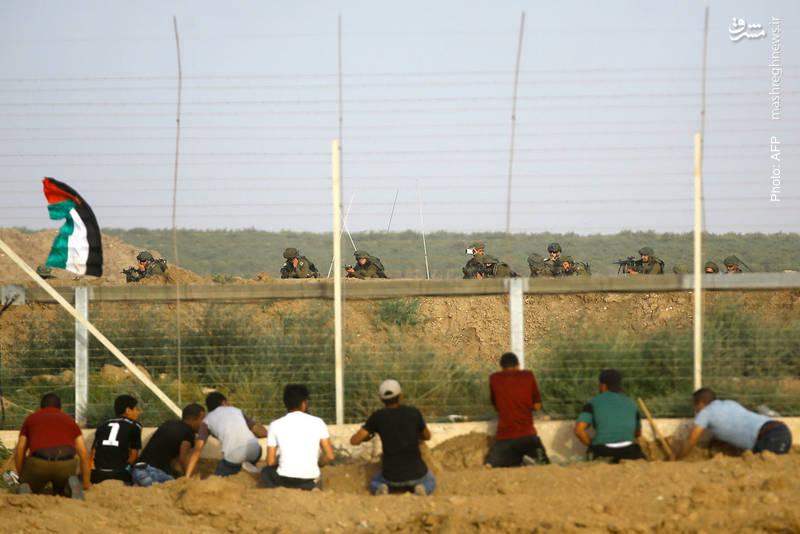 تلاش مردم غزه برای بریدن حصار اسرائیلی روبروی سربازان صهیونیست