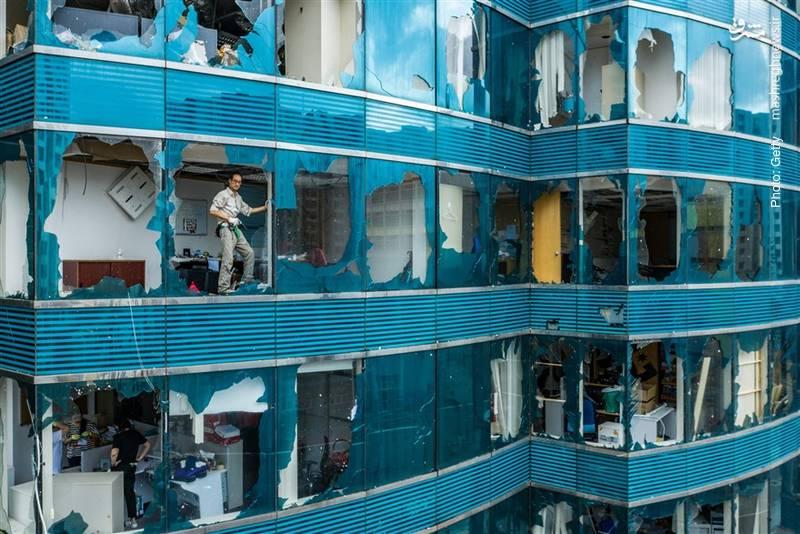 تخریب نمای یک ساختمان تجاری در هنگ کنگ بر اثر طوفان گرمسیری