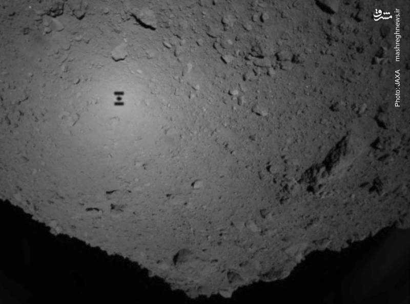 تصویر سایه فضاپیمای بدون سرنشین ژاپنی Hayabusa2 بر فراز سیارک ریوگو با ماموریت نمونهبرداری