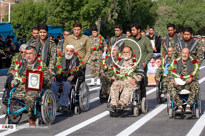 تصویری از شهید علی لویمی باقری در رژه امروز نیروهای مسلح اهواز قبل از حمله تروریستها