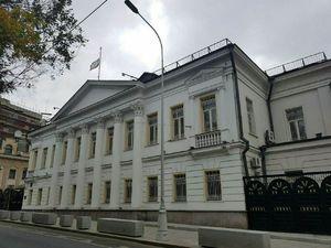 عکس/ نیمهافراشته شدن پرچم ایران در سفارت ایران در مسکو