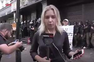 فیلم/ کتک خوردن عجیب خبرنگار زن!