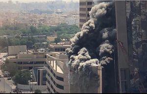 عکس/ آتش سوزی مهیب در آسمان خراش یک بانک