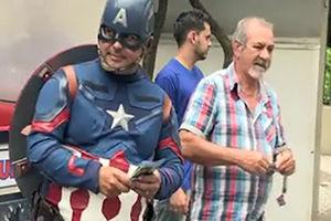 فیلم/ نامزد انتخاباتی در لباس سوپرمن و مرد عنکبوتی!