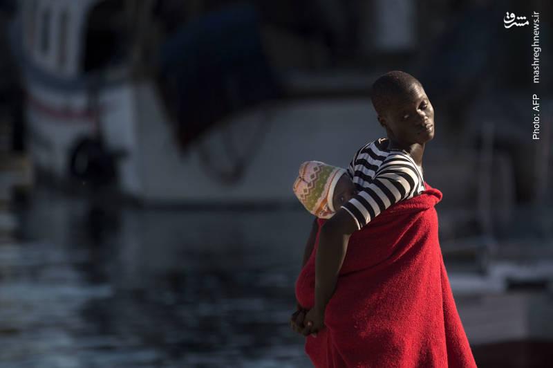 یک مهاجر و فرزندش در بدو ورود به بندر مالاگا در جنوب اسپانیا