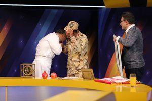 عکس/ بوسه امیر سیاری بر دست یک سرباز!