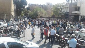هجوم مردم شهرهای مختلف برای فروش ارز و سکه/ صف شبانه مردم در مقابل صرافیها +تصاویر