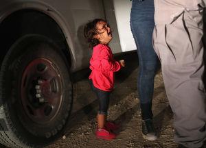 انتقال شبانه کودکان مهاجر در آمریکا از پرورشگاه به بیابانهای تگزاس +عکس و فیلم