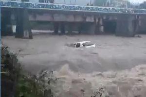 فیلم/ سقوط مرگبار پژو 206 در رودخانه!