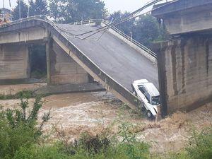 پل بزرگ املش (کیازنیک ) تخریب وریزش کرد وتنها راه ارتباطی لات لیل به املش قطع شد
