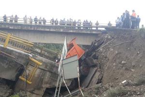 فیلم/ بیرون کشیدن کامیون گرفتار در حادثه سیل!