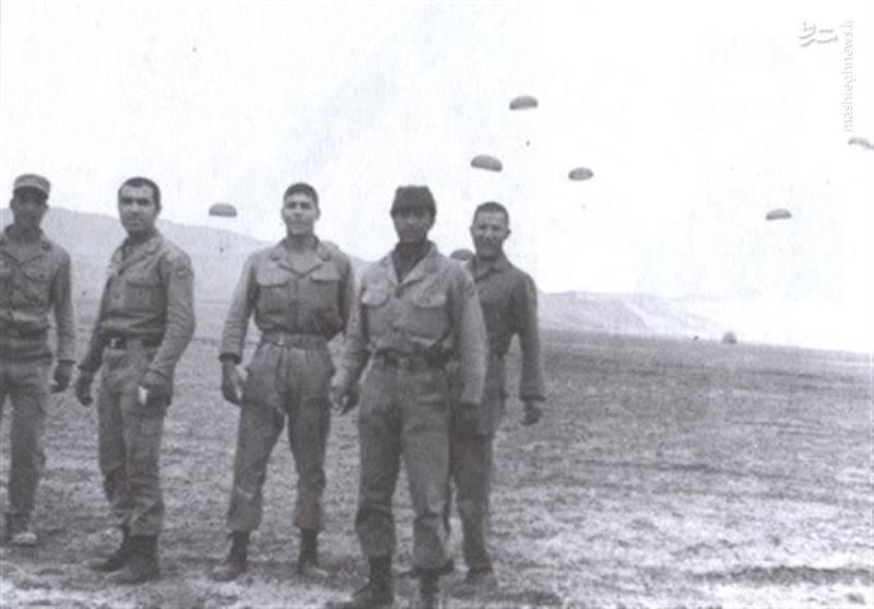 شهید همدانی نفر دوم از چپ در دوران سربازی