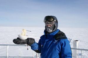 عکس/ یخ زدن غذای داغ در قطب جنوب