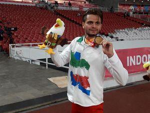عکس/ عشق ورزشکار معلول به پرچم ایران