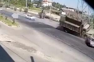 فیلم/ برخورد وحشتناک کامیون با دکل برق در لاهیجان!