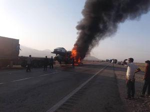آتش سوزی محموله خودروهای وارداتی در جاده بندرعباس