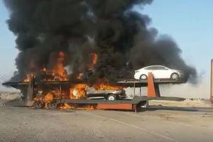 فیلم/ آتش گرفتن تریلی حامل خودروهای لوکس!