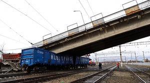 عکس/ ریزش یک پل بر روی قطار در روسیه