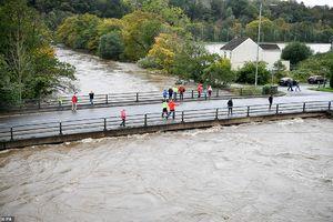 عکس/ طوفان در انگلستان سه کشته برجا گذاشت