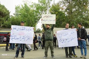 عکس/ تجمع دانشجویان بیرون محل سخنرانی روحانی