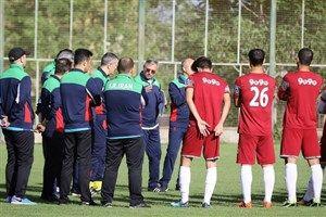 فیلم/ حضور مرغ و خروس در اردوی تیم فوتبال امید!