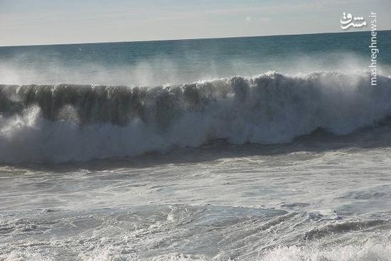 فیلم/ گیرافتادن یک لنج در طوفان خلیج فارس!