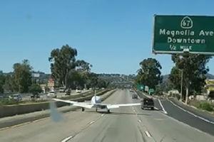 فیلم/ فرود هواپیما در آزاد راه!