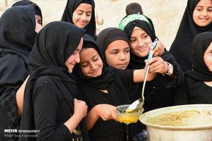 خدمت رسانی زنان و کودکان به زائران اربعین