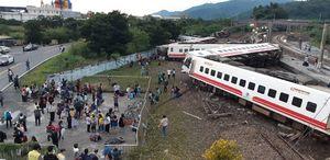 عکس/ خروج مرگبار قطار از ریل در تایوان
