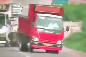 فیلم/حرکت دیوانه وار دو کامیون در جاده های شمال!