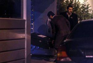 عکس/ ورود جعبههای مشکوک به داخل سفارت عربستان