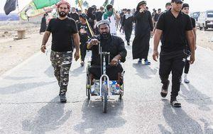 عکس/ راهپیمایی متفاوت زائر معلول عراقی