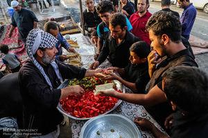عکس/ پذیرایی مردم چذابه از زائران اربعین