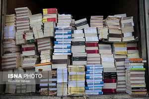 عکس/ جمعآوری کتابهای قاچاق توسط پلیس
