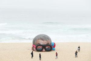 عکس/ نمایشگاه آثار هنری در کنار دریا