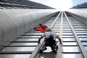 فیلم/ حمله مرد عنکبوتی به ساختمان 46 طبقه!