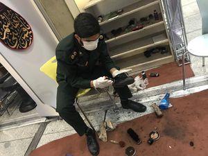 عکس/ پاسداری که کفش زوار را واکس میزند