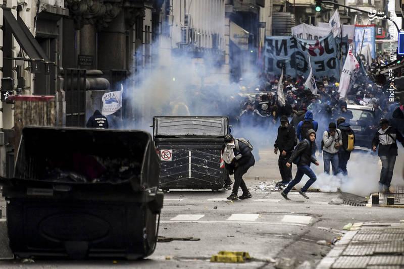 درگیری معترضان با پلیس در بوینسآیرس بر سر لایحه بودجه که در مجلس آرژانتین بررسی میشود.