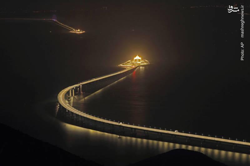 افتتاح بزرگترین جاده دریایی به طول 55 کیلومتر که چین را به هنگ کنگ وصل کرده و بخشی از آن پل و بخشی دیگر تونلی در زیر آب است.