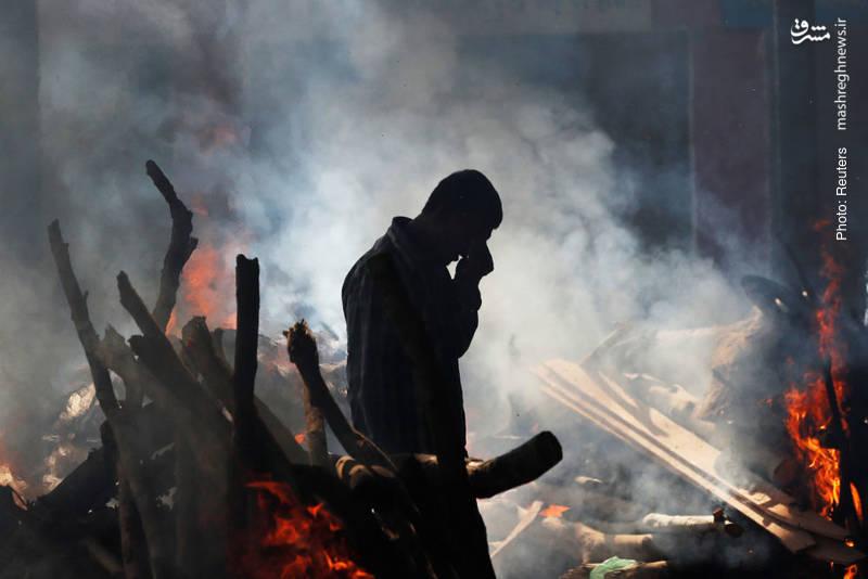 گریه مرد هندی در خانهای که اهالی آن بر اثر خروج قطار مسافری از ریل، قربانی شدند. در این حادثه 59 تن کشته شدند.