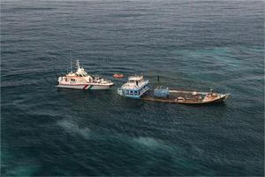 عکس/ نجات سرنشینان یک شناور در خلیج فارس