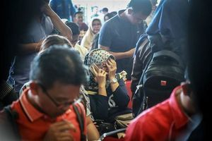 عکس/ خانواده مسافران هواپیمای سقوط کرده اندونزی