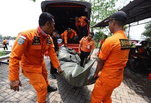 فیلم/ کشف نخستین جسد از مسافران پرواز اندونزی