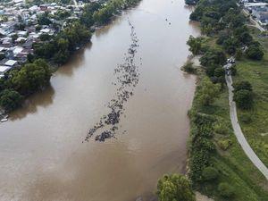 عکس/ هجوم مهاجران مکزیکی به رودخانه