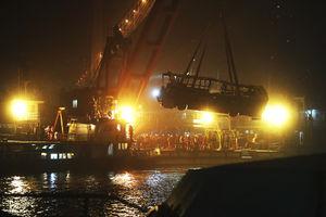 عکس/ اتوبوس مرگ از رودخانه بیرون کشیده شد