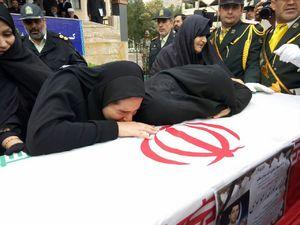 وداع آخر خانواده با پیکر شهید سیدنورخدا موسوی در محوطه ستاد فرماندهی نیروی انتظامی لرستان
