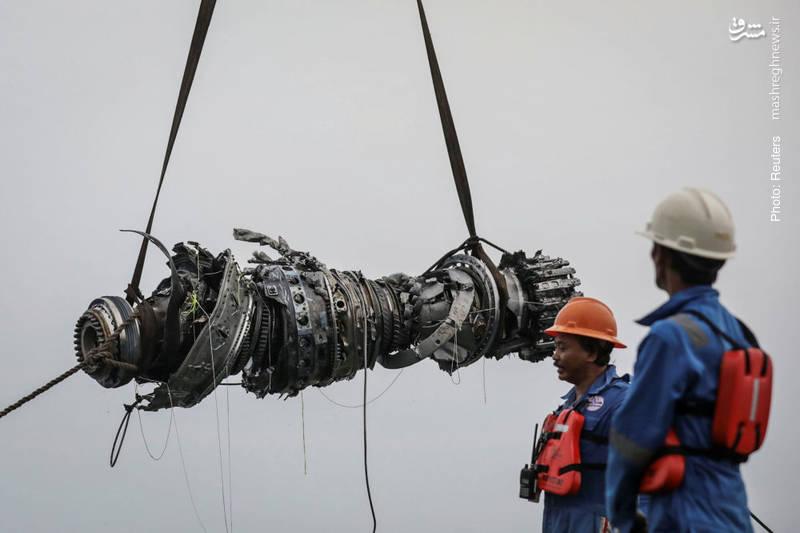 بیرونکشیدن توربینجت هواپیمای اندونزی که هفته پیش با حدود 190 مسافر سقوط کرد.